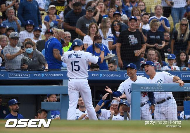 [사진] 오스틴 반스가 홈런을 치고 데이브 로버츠 감독 등 다저스 벤치의 환영을 받고 있다. 2021.07.25ⓒGettyimages(무단전재 및 재배포 금지)