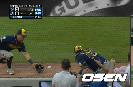 [사진] 밀워키 포수 오마르 나바레스(오른쪽)가 애틀랜타 오스틴 라일리의 파울 타구를 놓치자 3루수 루이스 유리아스가 몸을 던져 잡아내려 하고 있다. <TBS 중계화면 캡처>
