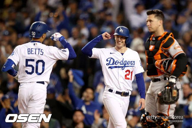[사진] 다저스 무키 베츠가 4회 투런 홈런을 터뜨린 뒤 워커 뷸러와 기뻐하고 있다. ⓒGettyimages(무단전재 및 재배포 금지)