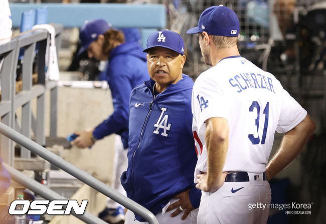 [사진] 다저스 데이브 로버츠 감독이 맥스 슈어저와 이야기를 하고 있다. ⓒGettyimages(무단전재 및 재배포 금지)