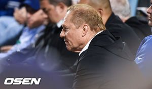 [OSEN=LA(미국 캘리포니아주),박준형 기자]스캇 보라스가 스트라스버그의 투구를 유심히 지켜보고 있다. / soul1014@osen.co.kr