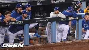 [OSEN=LA(캘리포니아주),박준형 기자] 결국 또 클레이튼 커쇼(31)에게 속았다. LA 다저스의 월드시리즈 우승은 31년째 실패로 돌아갔다.다저스는 10일(이하 한국시간) 미국 캘리포니아주 로스앤젤레스 다저스타디움에서 벌어진 2019 MLB 포스트시즌 내셔널리그 디비전시리즈(NLDS) 5차전에서 워싱턴 내셔널스에 충격적인 역전패를 당했다. 정규시즌 팀 역대 최다 106승을 거두고도 와일드카드를 거쳐 올라온 워싱턴에 2승3패로 패퇴했다.연장10회말 다저스 류현진이 더그아웃에 앉아 어두운 표정으로 경기를 지켜보고 있다. /soul1014@osen.co.kr