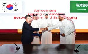 쌍용자동차 예병태 대표이사(왼쪽)와 SNAM사 파드 알도히시 대표이사(오른쪽)가계약서에 서명한 뒤 악수를 나누고 있다.