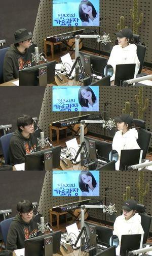 [사진=KBS 보는 라디오 화면] '정은지의 가요광장'에 출연한 배우 이시언(왼쪽)이 DJ 정은지(오른쪽)와 입담을 뽐냈다.