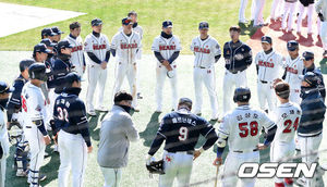 [OSEN=잠실, 이대선 기자] 두산 선수들이 미팅을 갖고 있다. /sunday@osen.co.kr