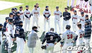 [OSEN=잠실, 이대선 기자]두산 선수들이 미팅을 갖고 있다. /sunday@osen.co.kr