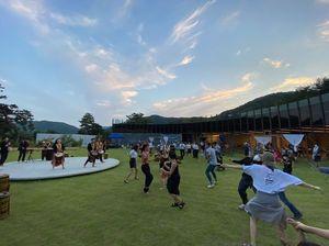 유알아츠페스티벌에서 포니케가 관객들과 함께 서아프리카 춤을 선보이고 있다. /봄봄 제공.