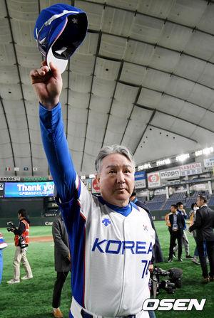 [OSEN=도쿄(일본), 곽영래 기자] 김경문 감독이 이끄는 15일 일본 도쿄돔에서 열리는 '2019 WBSC 프리미어 12' 슈퍼라운드 3차전 멕시코와의 경기에서 7-3으로 승리했다.한국은 7-3으로 이날 경기를 잡으면서 결승 진출 확정과 함께 올림픽 진출 티켓을 잡았다. 동시에 초대 대회에 이어 대회 2연패 전망을 밝히면서 '야구 강국'의 자존심을 한 번 더 지킬 수 있게 됐다.김경문 감독이 팬들에게 인사를 하고 있다. /youngrae@osen.co.kr