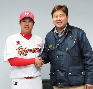 [사진] 2016년 양준혁 야구재단에 2억원을 기부한 최정(왼쪽) /SK 와이번스 제공