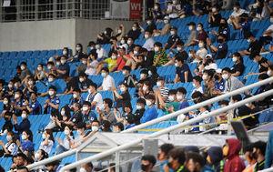 [OSEN=인천, 민경훈 기자]관중석에서 축구팬들이 박수를 보내고 있다./ rumi@osen.co.kr
