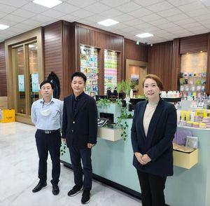 조진형 대표(가운데), 박재숙 CTO(오른쪽), 조주현 CPO(왼쪽)가 제품 전시실에서 나란히 포즈를 취하고 있다.ⓒ 카론바이오