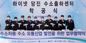 김정훈 현대글로비스 대표이사(오른쪽 두번째) 등 참석자들이 양해각서 체결 후 기념촬영을 하고 있다. /현대글로비스 제공.