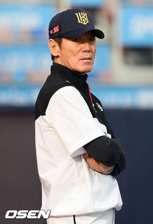 [OSEN=수원, 민경훈 기자]KT 이강철 감독이 그라운드로 나와 선수들의 훈련을 지켜보고 있다./rumi@osen.co.kr
