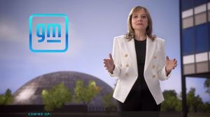 메리 바라(Mary Barra) GM 회장 겸 CEO가 2021 CES 에서 기조 연설을 하고 있다.