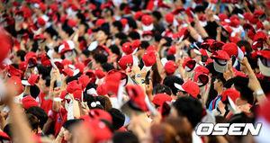 [OSEN=부산, 최규한 기자]롯데 팬들이 붉은 모자를 흔들며 응원을 하고 있다. /dreamer@osen.co.kr