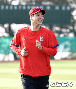 [OSEN=제주, 이대선 기자]세인트루이스 김광현이 SK 와이번스 선수들과 스트레칭 훈련을 하고 있다. /sunday@osen.co.kr