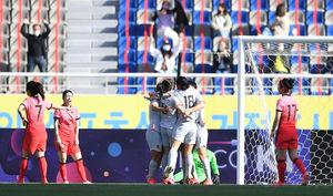 [OSEN=고양, 곽영래 기자] 8일 오후 고양종합운동장에서 '2020 도쿄올림픽 여자축구 아시아 최종 예선' 플레이오프 1차전이 열렸다.전반 한국 선수들이 중국 장신에게 선제골을 허용한 뒤 아쉬워 하고 있다. /youngrae@osen.co.kr