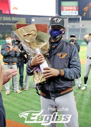 [사진] 7일 SSG를 17-0으로 꺾고 KBO 첫 승 축하 꽃다발을 받은 한화 수베로 감독. / 한화 제공