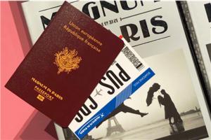 프랑스 여권을 모티브로 한 매그넘 인 파리 전시회 체험 워크북과 항공권 모양의 전시 티켓.